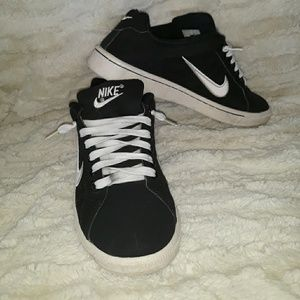 Nike black low top sneakers 7